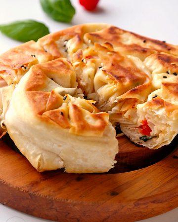 Pfannenbörek mit Tomate und Mozzarella