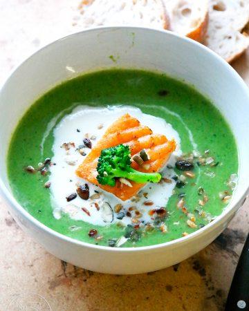 Brokkolisuppe mit Lachs und Meerettichschaum