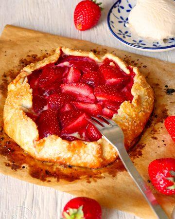 Mürbeteig-Galettes mit frischen Erdbeeren
