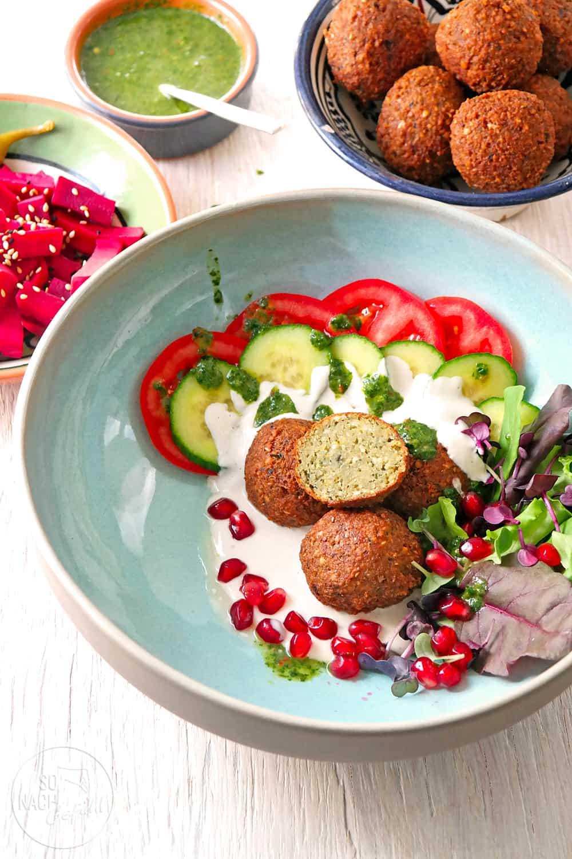 Falafel – Kichererbsenbällchen mit Gemüse und Zhoug