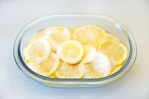 Zitronenscheiben einlegen
