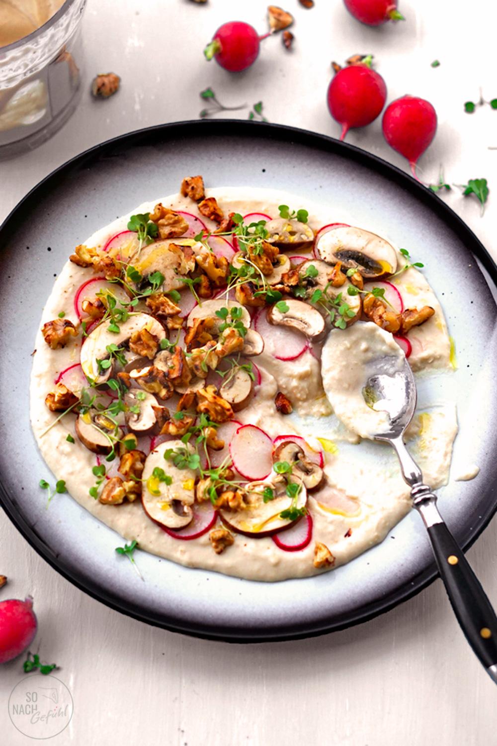 Weiße-Bohnen-Hummus mit eingelegten Pilzen