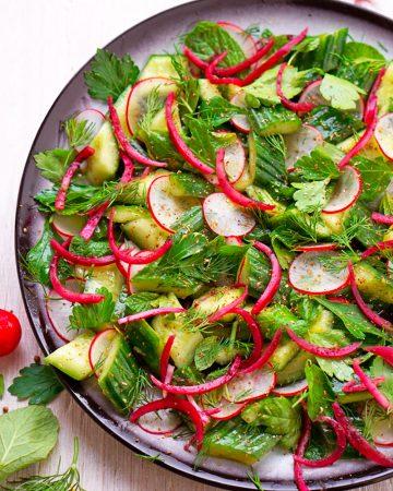 Erfrischender Gurkensalat mit Sumachzwiebeln