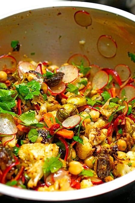 Salat vorsichtig mischen