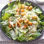 Caesar Salad mit frischen Croutons