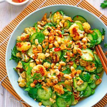 Asiatischer Gurkensalat mit geröstetem Blumenkohl