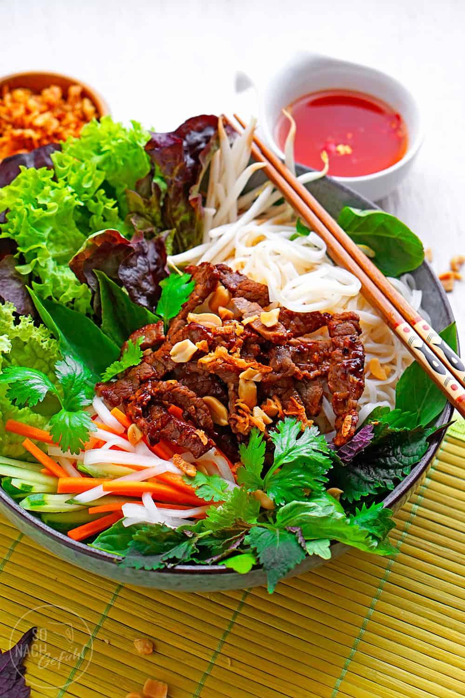 Rindfleisch mit Zitronengras und Reisnudeln