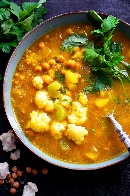 Würzige Kurkumasuppe mit Kichererbsen und Gemüse