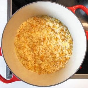 Reis und Reisnudeln anrösten